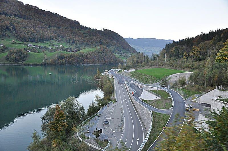 Красивое озеро вдоль дороги в близко Andermatt, Швейцарии стоковые фотографии rf