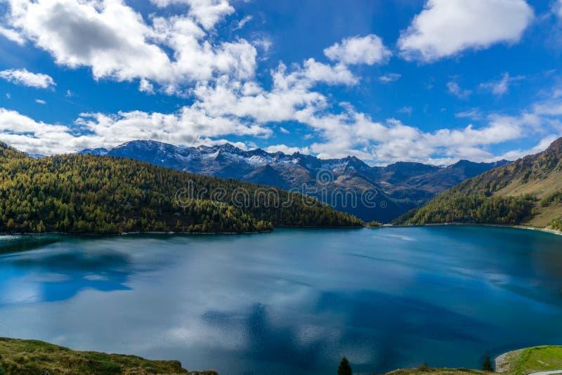 Красивое озеро горы во время осени стоковое изображение rf