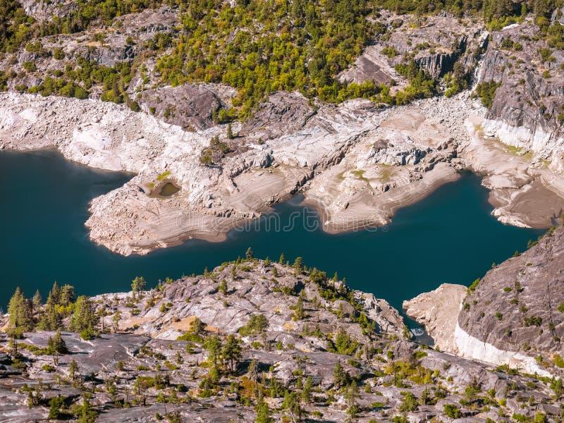 Красивое озеро горы в высоких Sierras стоковые изображения rf