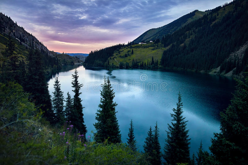 Красивое озеро горы на заходе солнца стоковые изображения rf