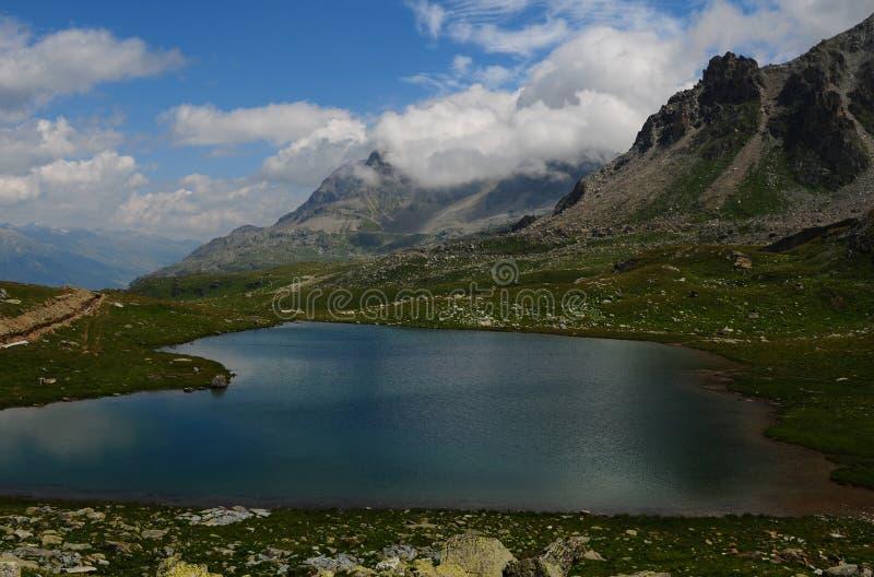 Красивое озеро горы на Furtschella в швейцарских горных вершинах  стоковая фотография rf