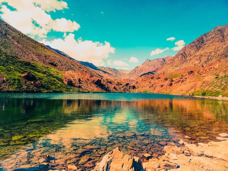 Красивое озеро гор с отражением зеркала стоковые фотографии rf
