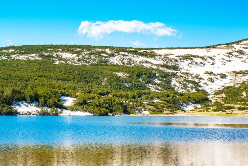 Красивое озеро, зеленый цвет и Mountain View снега стоковая фотография