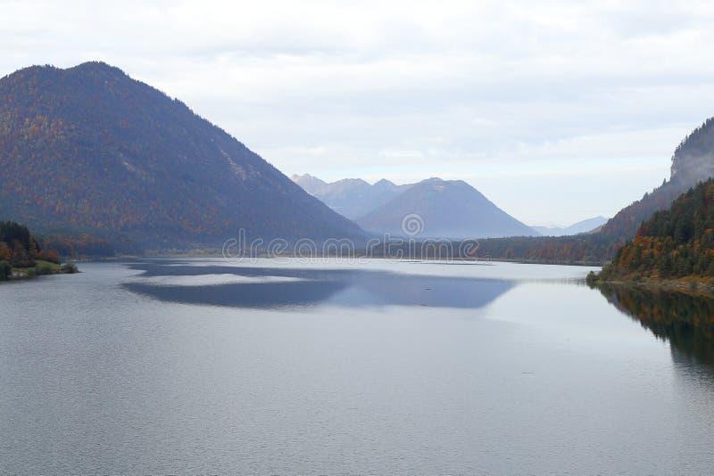 Красивое озеро на осени стоковые изображения rf