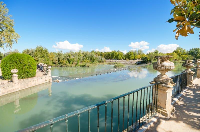 Красивое озеро на саде королевского дворца Аранхуэса стоковые фотографии rf