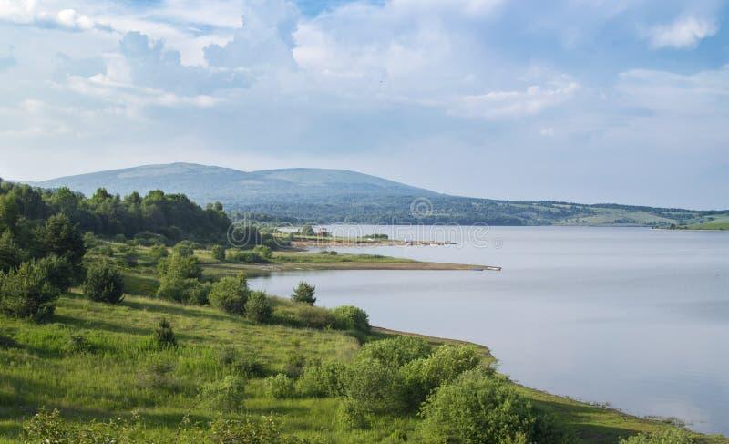 Красивое озеро Сербия Vlasina в лете стоковое изображение