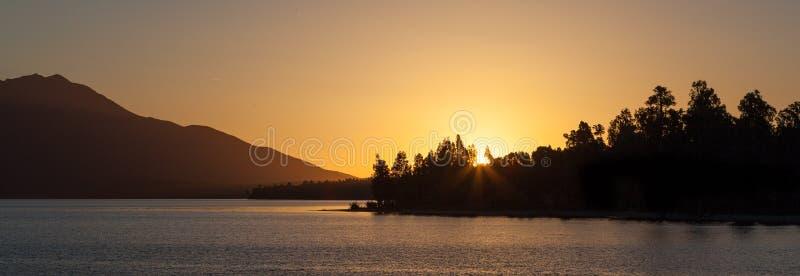 Красивое озеро Brunner на заходе солнца, южном острове, Новой Зеландии стоковое изображение