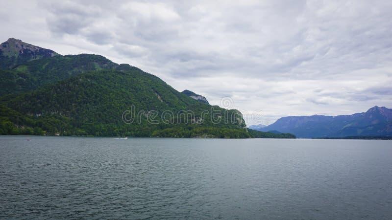 Красивое озеро withbig ландшафта Aps окруженное зелеными горами стоковая фотография