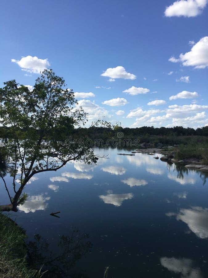 Красивое отражение озера неба стоковые изображения rf