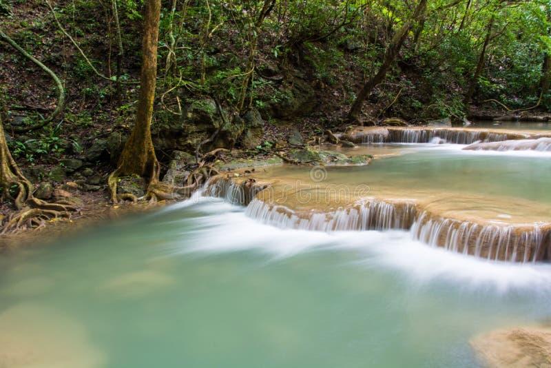 Красивое падение воды на утес в Таиланде, водопад Erawan на стоковое изображение