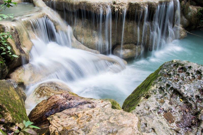 Красивое падение воды на утес в Таиланде, водопад Erawan на стоковая фотография