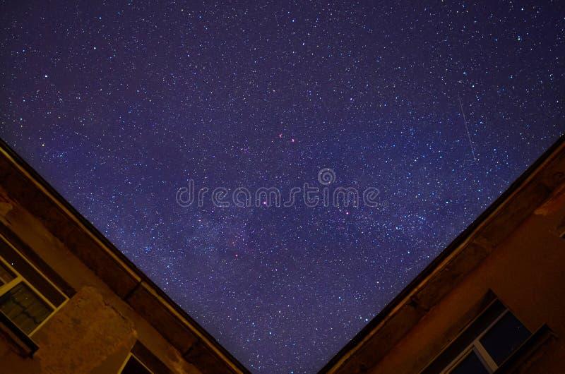 Красивое пасмурное ночное небо около здания стоковые изображения
