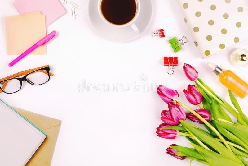 Красивое плоское положение с чашкой чаю, цветками, косметиками, тетрадью, стеклами, свечами и другими аксессуарами стоковая фотография rf