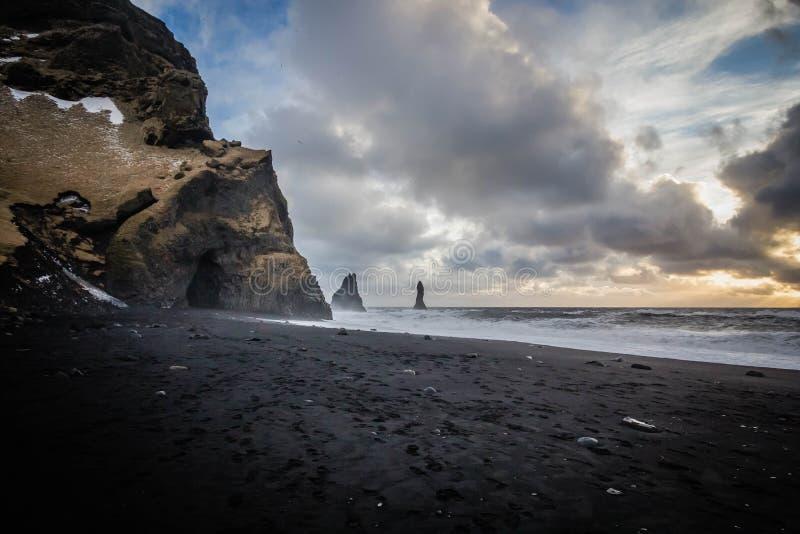 Красивое побережье моря на Vik, Исландии с захватывающими облаками и утесами на стороне стоковое фото rf