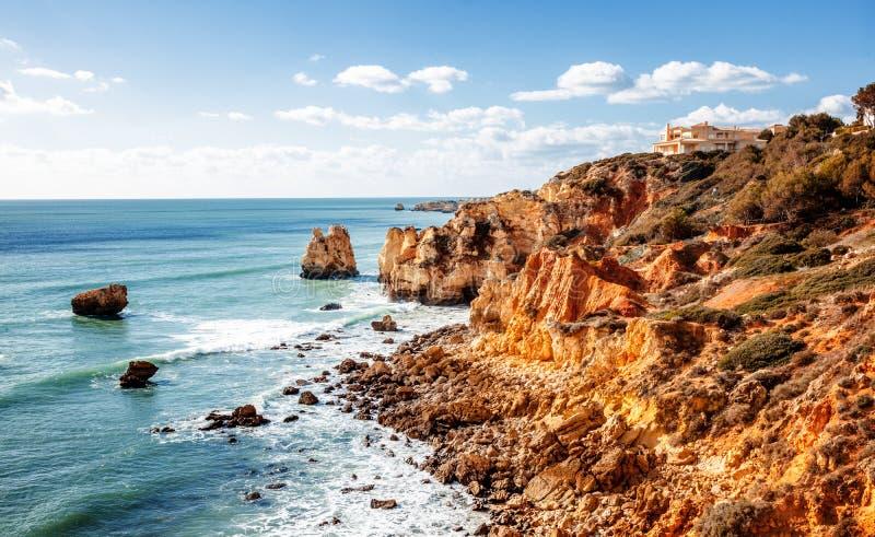Красивое побережье океана, Алгарве, Португалии Aga пролома волн стоковое изображение rf