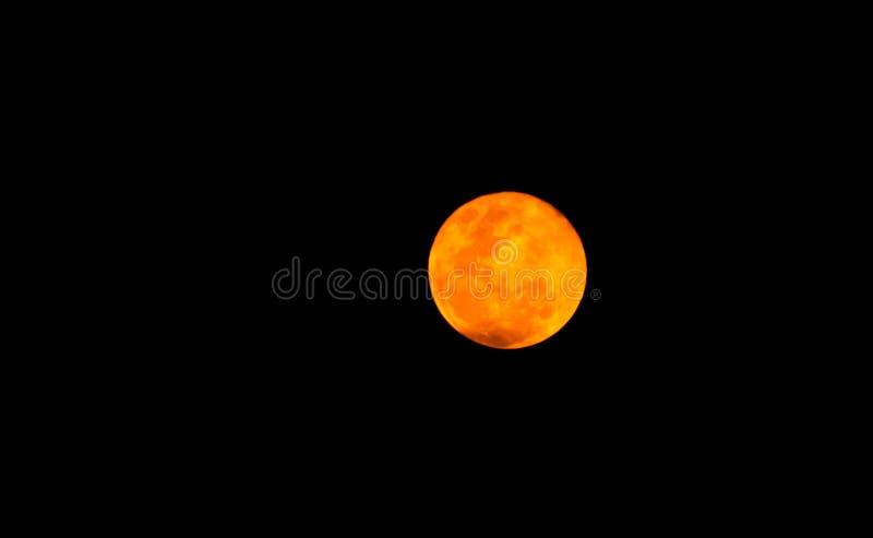 Красивое полнолуние в темной ноче, лунный свет на ноче хеллоуина, темном небе без звезды Вспугнутое и романтичное небо стоковое изображение