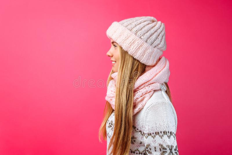 Красивое положение девушки изолированное на красной предпосылке, в теплом пинке стоковое изображение rf
