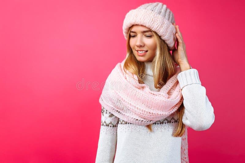 Красивое положение девушки изолированное на красной предпосылке, в теплом пинке стоковое фото rf