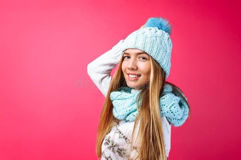 Красивое положение девушки изолированное на красной предпосылке, в теплой сини стоковые изображения