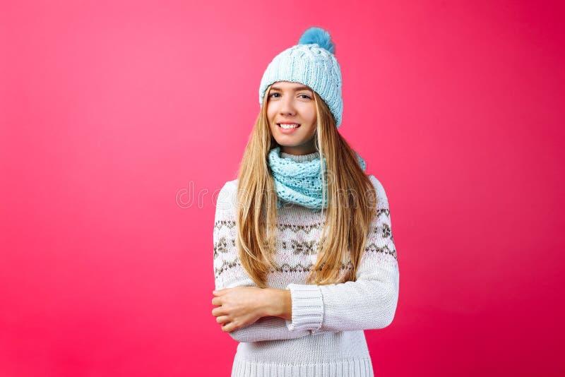 Красивое положение девушки изолированное на красной предпосылке, в теплой сини стоковое изображение rf