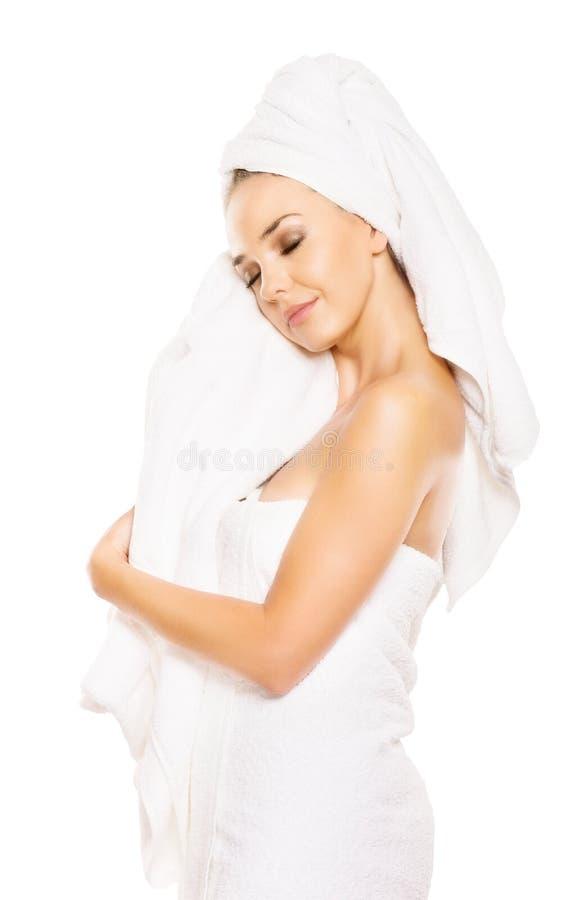 Красивое полотенце ручки женщины, после ванны, изолированной на белизне стоковые фотографии rf