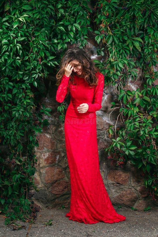 Красивое платье молодой женщины стоковое фото