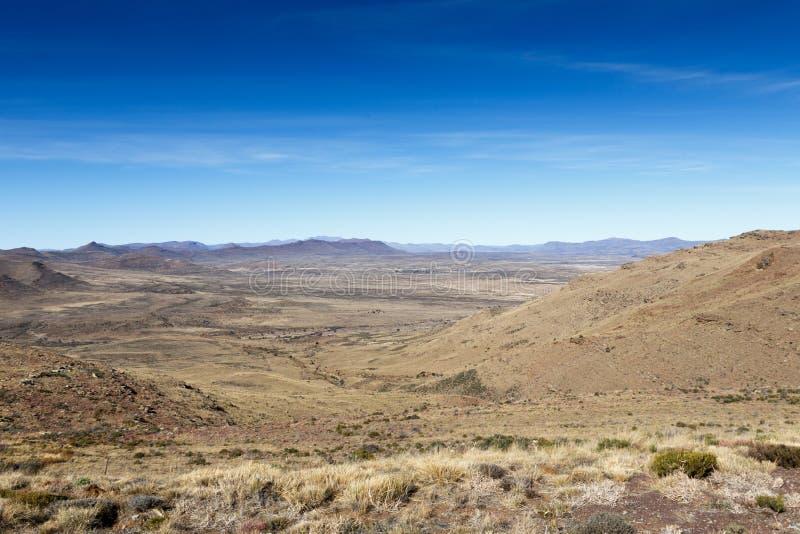 Красивое плоское плато желтого поля в Graaff-Reinet стоковая фотография rf