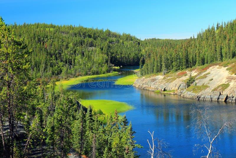 Красивое река под падениями, спрятанный парк Камерона озера территориальный, северо-западные территории стоковое фото rf