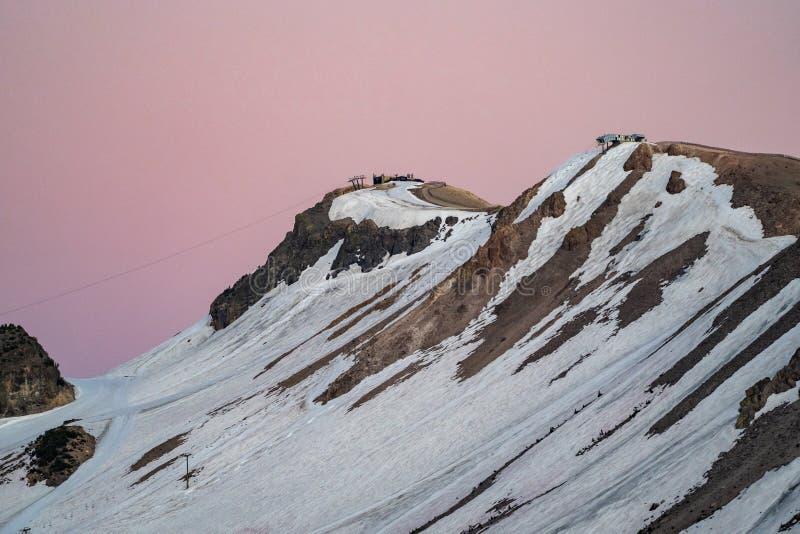 Красивое розовое небо на заходе солнца на наклонах на лыжный район Mammoth Mountain Фото принятое в сезон лета, со снегом все еще стоковые фото