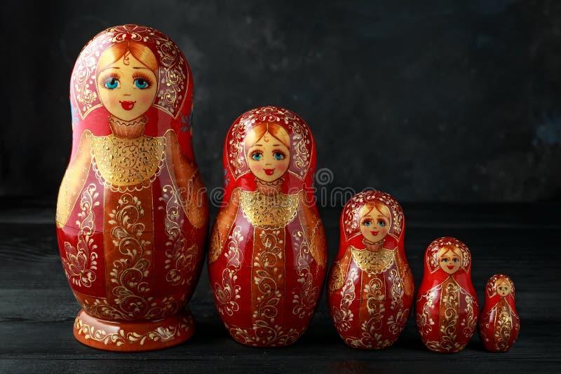Красивое русское традиционное matreshka кукол гнездиться на деревенской предпосылке стоковое фото