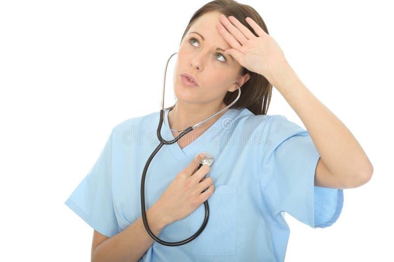 Красивое сброшенное Concerned молодое женское биение сердца доктора Listening К Ее Собственн через стетоскоп стоковое изображение rf