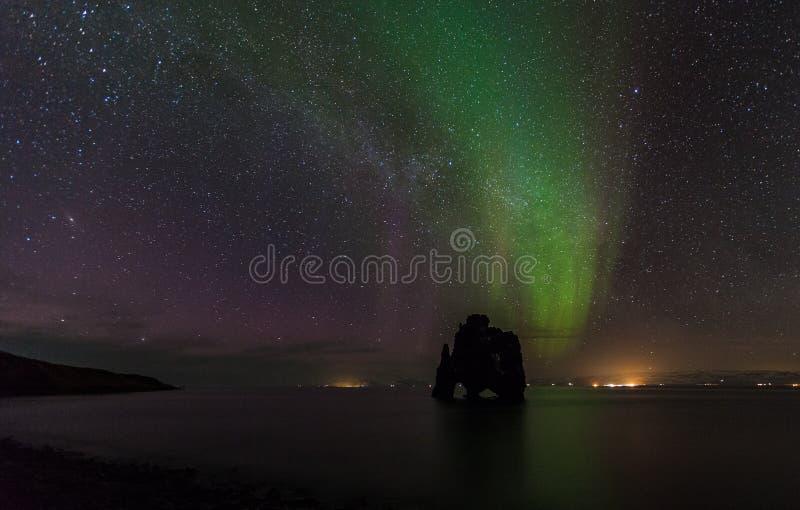 Красивое северное сияние на hvitserkur, Исландии стоковые изображения rf