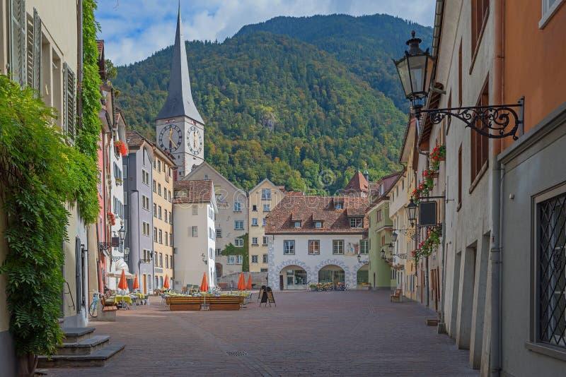 Красивое старое chur городка, рыночное месте с взглядом к St Martins ch стоковая фотография rf