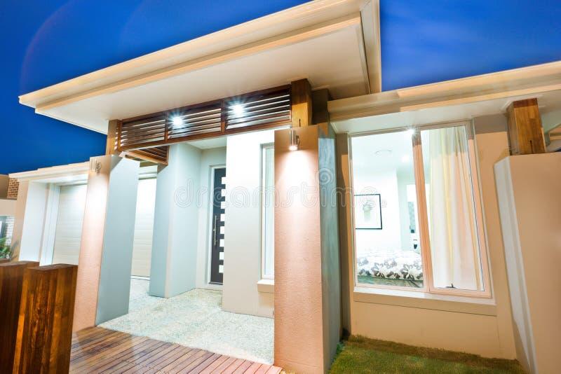 Красивое стильное и унылое изображение дома с окнами стоковое фото rf