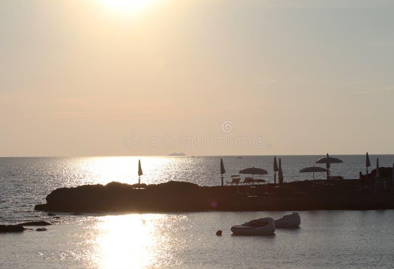 Красивое сценарное пляжа suina della Punta на заходе солнца в Salento, Италии, важном назначении путешествовать ionian моря стоковая фотография