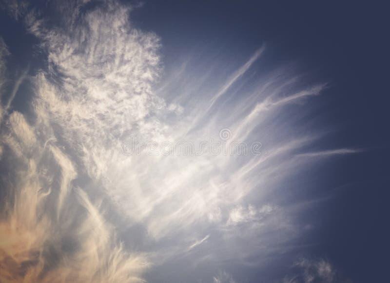 Красивое темное небо с мягкими облаками, изображение захода солнца с ретро тонной стоковые фотографии rf