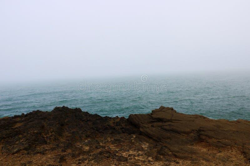 Красивое Тихоокеанское побережье в туманном утре, Калифорния США стоковые фотографии rf