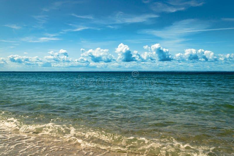 Красивое тропическое море с голубым облачным небом Тропическая предпосылка лета стоковые изображения rf