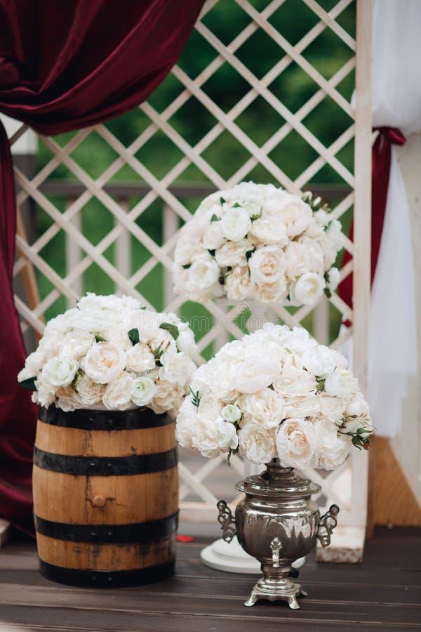 Красивое украшение свадьбы настроенное с цветками стоковые изображения rf