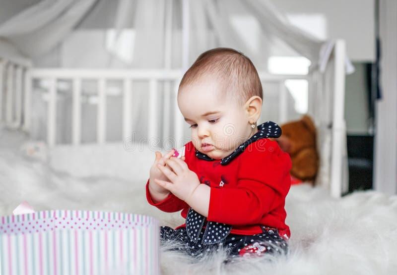 Красивое усаживание младенца и игрушка играть beefburgers Концепция  стоковая фотография rf