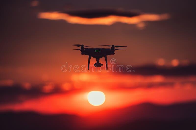 Красивое утро над морем и трутнем летания против солнца стоковое изображение