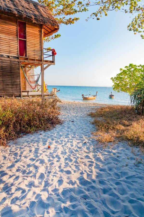 Красивое утро с идти пути к пляжу в Lipe стоковое фото