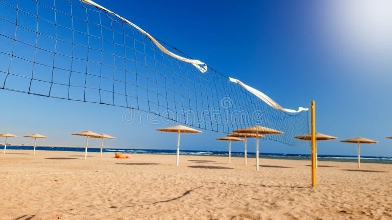 Красивое фото поля волейбола пляжа на ветреном солнечном дне Активные спорт на каникулах летнего отпуска стоковые фото