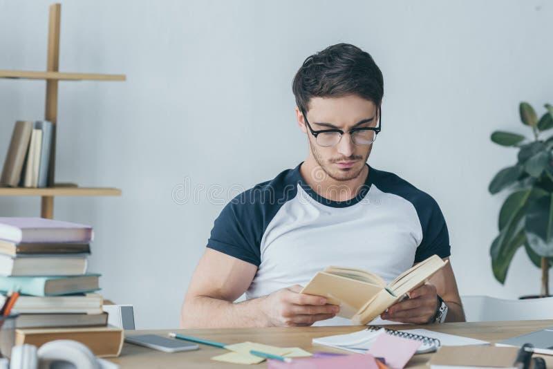 красивое чтение студента стоковые фото
