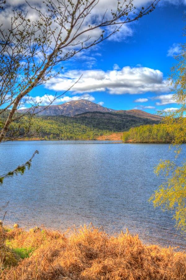 Красивое шотландское озеро Garry Шотландия Великобритания озера к западу от Invergarry на A87 к югу от hdr Augustus форта красочн стоковое изображение rf