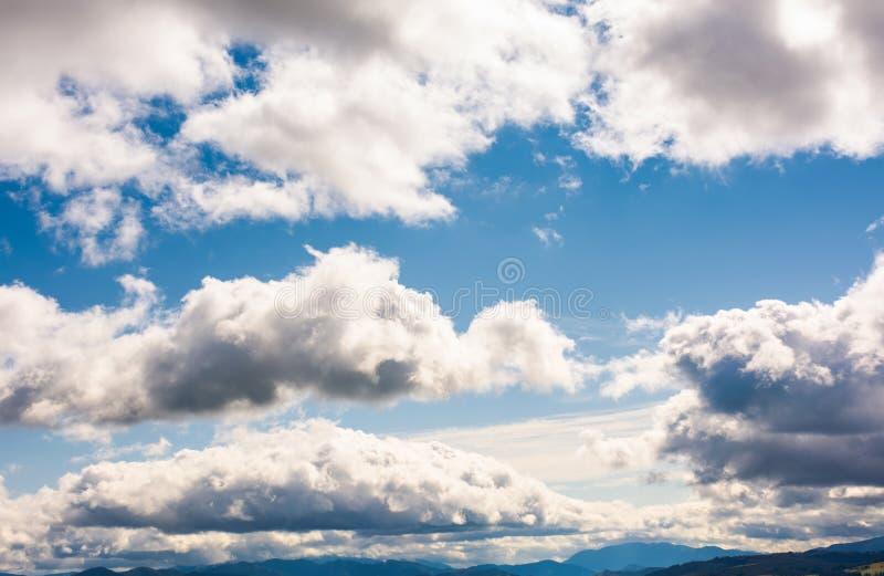 Красивое cloudscape на голубом небе стоковые изображения