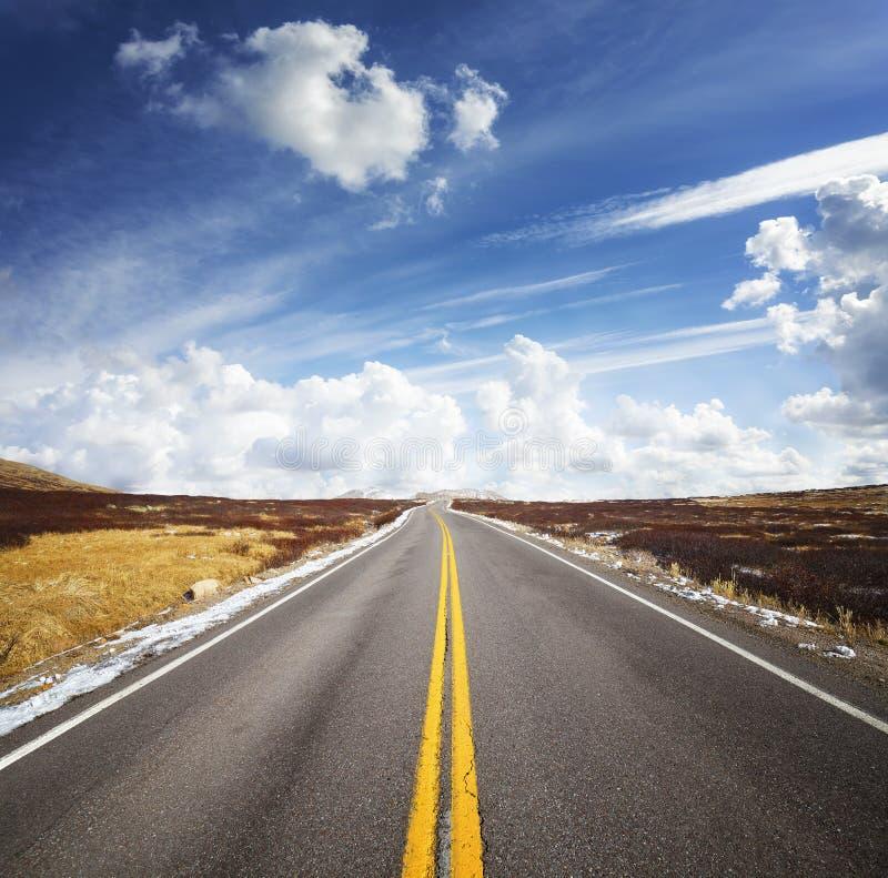Красивое cloudscape над дорогой горы, изображением концепции перемещения стоковые изображения