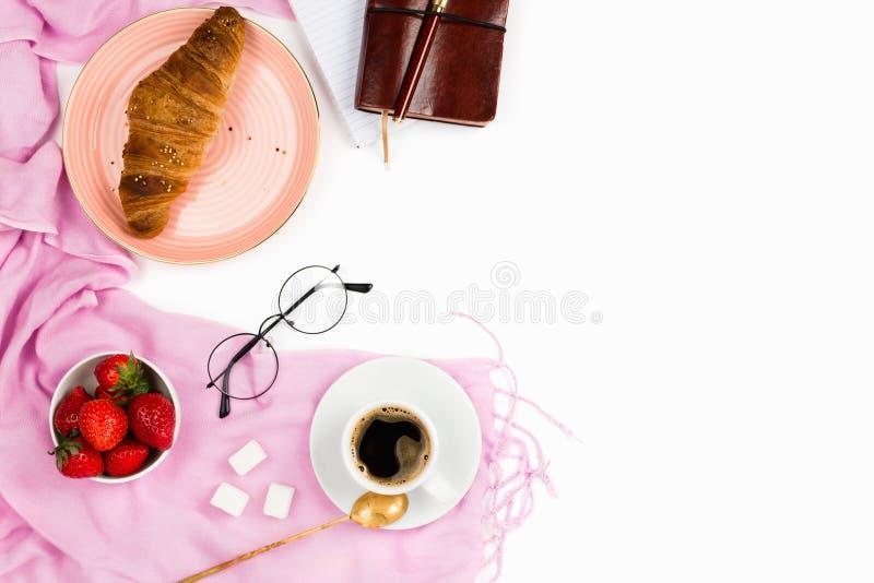 Красивое flatlay расположение с круассаном wholewheat, чашкой кофе эспрессо, свежими клубниками и аксессуарами дела стоковые фото