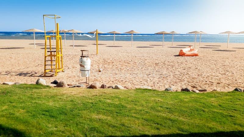 Красивое iamge пустого поля волейбола на пляже моря на ярком солнечном ветреном дне Спорт на каникулах летнего отпуска стоковые изображения