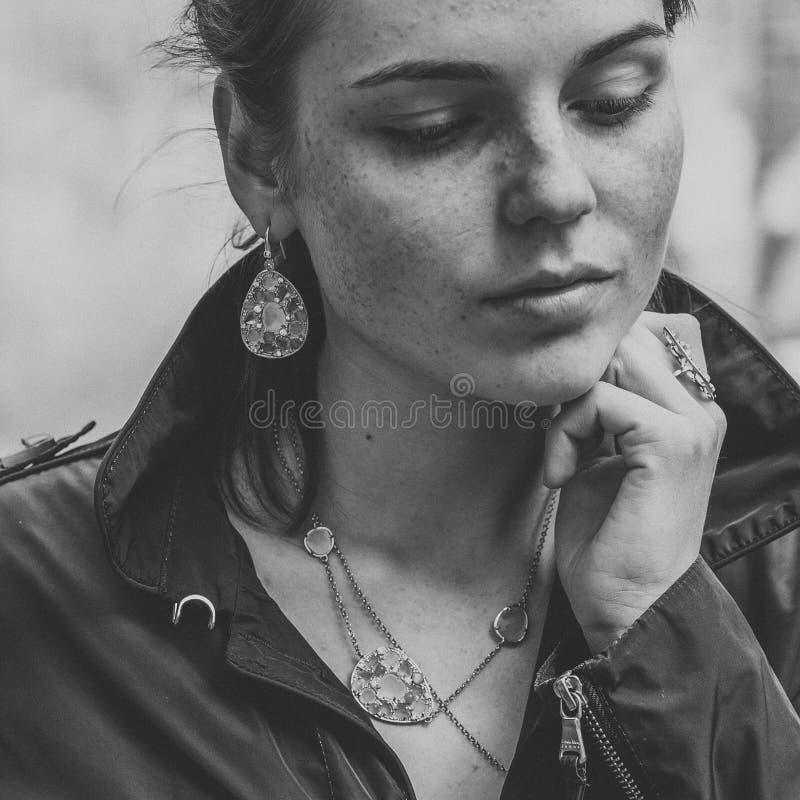 Красивое natur моды города улицы веснушек портрета стороны женщины стоковое фото